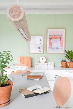Kantoor inspiratie   Kurk hout planten   Styling & fotografie Stek editie 3, 2015: Binti Home   Home decoration   Hello Boom lamp   Flexa Jade muurverf