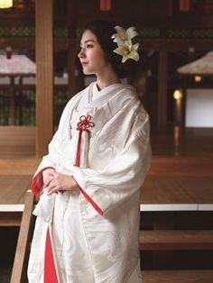 2輪の百合が花嫁の色っぽさを引き立たせる♡ 白無垢に合う秋らしい髪型まとめ。色打掛の参考にも☆