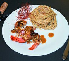 Gamberoni con croccante di foglie gras e nocciola accompagnati da linguine in tripla bisque