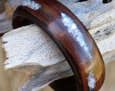 anillo doblado de madera palo de rosa con incrustaciones de