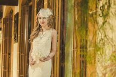 Vestido de noiva sereia longo branco em renda renascença, modelo Tiffany. O forro do vestido é em cetim todo estruturado com barbatanas e bojo para dar sustentação ao vestido de noiva Bordado com 14 mil mini pérolas . Na parte das costas do vestido tem um arranjo com uma flor em renda renascença, organza, rabo de rato e plumas de avestruz.  Vestido de noiva disponível para pronta entrega do tamanho 34 à 40.  Para o frete ser calculado você deve clicar em comprar este produto. By Luana Keylla…