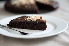 Dette er opskriften på den lækreste chokoladekage jeg nogensinde har smagt! Jeg er fuldstændig blæst bagover af bare begejstring :) Den smager himmelsk, syndigt, svampet og bare helt igennem chokol...