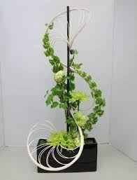 Ikebana with Bells of Ireland Ikebana Arrangements, Ikebana Flower Arrangement, Arte Floral, Deco Floral, Flower Show, Flower Art, Art Floral Japonais, Arreglos Ikebana, Contemporary Flower Arrangements