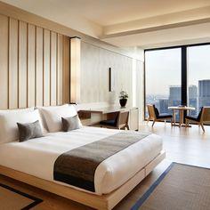 Aman Tokyo in Tokyo Japanese Style Bedroom, Japanese Style House, Hotel Bedroom Design, Master Bedroom Interior, Modern Hotel Room, Modern Bedroom, Apartment Design, Apartment Interior, Modern Japanese Interior