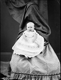 Ghost Mother: Creepy vintage baby portraits with mothers 'hiding' Vintage Bizarre, Creepy Vintage, Louis Daguerre, Old Portraits, Baby Portraits, Portrait Shots, Vintage Pictures, Vintage Images, Baby Pictures