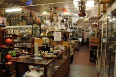 Klinkhamer, Folkingestraat 50, Groningen.    Bij Klinkhamer kun je terecht voor antiek, curiosa, reclameblikken, schedels, ansichtkaarten, keramiek, LP's, modern keramiek, speelgoed, verlichting, sieraden, klein zilver, glaswerk en nog veel meer.