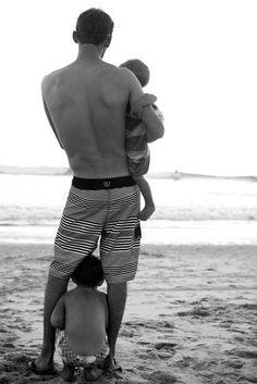 детки с папой смотрят на море