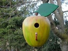 Cute #birdhouse #diy #design: http://www.1-2-do.com/de/projekt/Gedrechseltes-Vogelhaus-als-Apfel-getarnt/bastelanleitung-zum-selber-basteln/10053/