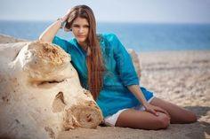 Hotel moda ragazza posa sulla spiaggia  Archivio Fotografico