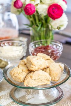 These easy vanilla scones are a great grab and go breakfast - whip up a batch and eat them throughout the week. They takes just 20 minutes to prepare! British Scones, English Scones, English Food, Vanilla Scones Recipes, Bread Recipes, Cooking Recipes, Basic Scones, Yummy Treats, Yummy Food