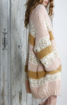 I have over images of beautiful women wearing gorgeous sweaters of many styles, colors, yarn composition. It's amazing and exiting the seemingly unlimited variety of sweater images. Knit Fashion, Look Fashion, Fall Fashion, Knitting Projects, Knitting Patterns, Mode Inspiration, Colour Inspiration, Pulls, Pink And Gold