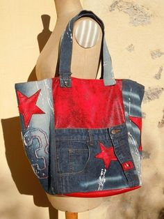 Denim bag with red starsRecycled denim jean design handbag and leatherette totejeans and leatherette tote with a sporty look. Soccer moms, take this one to the games.Tote made from old jeans and red leather - so very pretty! Bag Jeans, Denim Purse, Diy Bags Purses, Purses And Handbags, Jean Purses, Denim Ideas, Denim Crafts, Diy Handbag, Recycled Denim
