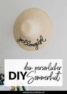 Your straw hat with personal DIY message for the perfect holiday - Home Page Diy Blog, Summer Diy, Place Card Holders, Messages, Hats, Holiday, Diy Hat, Decoration, Saree