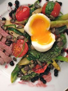 warm aspargus salad with egg, spinach, tomatoes and roastbeef found @:  http://blog.freunde-am-kochen.ch