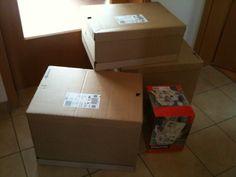 """Ich habe gestern bei www.viking.de 5 Packungen Kopierpapier (das ist die kleine bunte Kiste auf dem Foto) sowie zwei Stehsammler, einige Filzstifte und ein paar Tintenpatronen bestellt. Fantastisch: Heute wurde schon geliefert! Nur: Ich traue mich fast nicht, die Kartons zu öffnen! Was außer dem """"Kleinkram"""" hat Viking da noch reingepackt??? Vermutlich hat jede Patrone ihren eigenen Riesenkarton gekriegt - vielleicht gibt es hier neue Regeln zum artgerechten Versand? Ich bin jedenfalls…"""