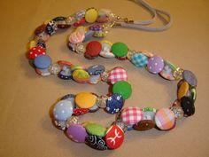 Colar colorido com botões forrados