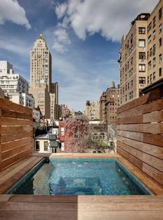 This restored townhouse has a custom-built hot tub on the roof terrace. The townhouse features a white limestone facade and has five bedrooms and baths. Rooftop Terrace Design, Rooftop Nyc, Rooftop Pool, Dipping Pool, Piscina Interior, Lenox Hill, Miami Houses, Upper East Side, Roof Deck