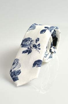 Rose Skinny Tie in White and Blue – TAG TWENTY TWO
