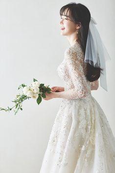 Wedding Picture Poses, Wedding Poses, Boho Wedding Dress, Bridal Dresses, Korean Bride, Wedding Ideias, Korean Wedding Photography, Bridal Photoshoot, Wedding Styles