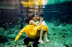 Underwater couple photoshoot is a unique thing now No more about unique underwater photoshoot at wedding planning website Candid Photography, Underwater Photography, White Photography, Wedding Photography, Photography Women, Underwater Photoshoot, Underwater Wedding, Ocean Underwater, Pre Wedding Shoot Ideas