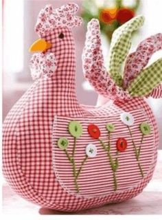 Chickens Door Doorstop- pattern provided but no instructions. Think the pattern maybe too shallow in the body. Fabric Crafts, Sewing Crafts, Diy And Crafts, Arts And Crafts, Chicken Crafts, Chickens And Roosters, Creation Couture, Sewing Projects For Beginners, Pin Cushions
