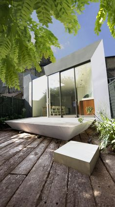 This stylish modern extension of Edwardian terrace house in London is done by Paul McAneary Architects. Garden Deco, Design Exterior, Interior And Exterior, Interior Modern, Contemporary Architecture, Interior Architecture, London Townhouse, Outdoor Bathrooms, House Extensions