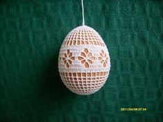 In the year Easter Sunday fall on April 5 and here is a beautiful crochet idea: Found here: http:& Holiday Ornaments, Holiday Crafts, Christmas Bulbs, Easter 2015, Crochet Snowflakes, Easter Crochet, Doily Patterns, Stitch Patterns, Easter Holidays
