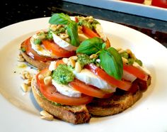 Italian traditional crostini with mozzarella and dried tomato Throw A Party, Sandwich Recipes, Frisk, Caprese Salad, Bruschetta, Best Part Of Me, Mozzarella, Pesto, Catering