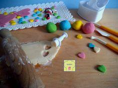 Cioccolato plastico, una ricetta di base semplice, per un materiale da decorazione facilissimo da modellare e colorare!! Cake Tutorial, Biscotti, Chocolate, Triangle, Homemade, Desserts, Recipes, Food, Design