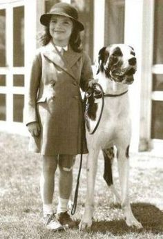 Young Jacqueline Bouvier (Kennedy then Onassis) with her Great Dane, King Phar, at the Annual dog show at the Long Island Kennel Club ~ Hewlett Harbor, NY in John Kennedy, Estilo Jackie Kennedy, Les Kennedy, Jaqueline Kennedy, Jacqueline Kennedy Onassis, Grace Kelly, Lee Radziwill, Matou, Jfk Jr