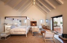 Four-poster bed / Babylonstoren Fynbos Cottage Lounge Areas, Bed, Four Poster, Bed Sizes, Cottage Bath, One Bedroom, Home Decor, Cottage, Hotel Interiors