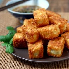 Fried Tofu with Sesame Sauce. Crunchy Fried Tofu with Sesame-Soy Dipping Sauce. Fodmap Recipes, Tofu Recipes, Vegetarian Recipes, Cooking Recipes, Healthy Recipes, Cookbook Recipes, Vegan Vegetarian, Tofu Frit, Easy Asian Recipes