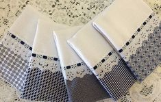 Lembracinha pano de prato barrado Xadrez no Kitchen Linens, Kitchen Towels, Sewing Hacks, Sewing Projects, Easy Crafts, Diy And Crafts, Baby Sheets, Cool Rugs, Patch Quilt