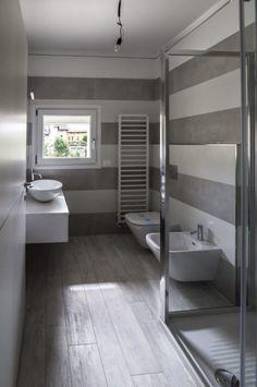 Ristrutturazione coerente di due villette adiacenti: bagno in stile di bianchetti House Paint Interior, Interior Shutters, Interior Windows, Bathroom Interior, Interior Design, Beautiful Bathrooms, Small Bathroom, Bathroom Ideas, Living Room Designs