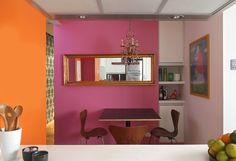 No estilo étnico as cores e estampas falam mais alto e estão fortemente presente na decoração do ambiente. Os ambientes decorados caracterizam-se pela mistura e influência de diferentes culturas compondo um espaço exótico e cheio de personalidade. Opte pela praticidade e funcionalidade do ambiente e deixe que os detalhes falem por si só. As cores cítricas como o laranja, amarelo e verde são muito comuns nesse tipo de ambiente assim como o fúcsia, roxo, azul e turquesa.