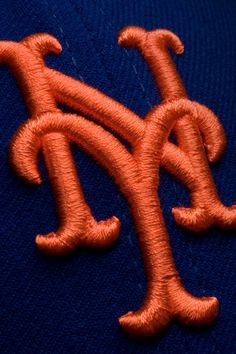 The New York Mets hat logo (fashioned from the old New York Giants hat logo) New York Mets Baseball, Ny Mets, New York Giants, Mlb Team Logos, Mlb Teams, Sports Teams, Sports Pics, Lets Go Mets, Mlb Postseason