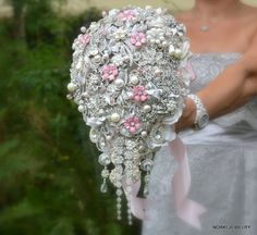 pink-brooch-bouquet How to Design Your Brooch Bouquet Purple Brooch Bouquet, Wedding Brooch Bouquets, Cascade Bouquet, Paper Bouquet, Hand Bouquet, Broschen Bouquets, Wedding Accessories, Decoration, Wedding Flowers