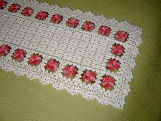 Caminho de mesa com flores em alto relevo em linha 100% algod�o.