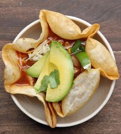 Chicken Soup In A Tortilla Bowl (tasty videos slow cooker) Slow Cooker Recipes, Crockpot Recipes, Soup Recipes, Chicken Recipes, Dinner Recipes, Cooking Recipes, Healthy Recipes, Healthy Chicken, Delicious Recipes