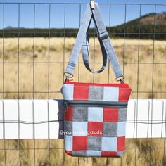 patchwork double zipper purse video tutorial This is a fun project to use up your scraps, the bag comes with 3 external pockets, and two internal pockets Diy Bags Purses, Purses And Handbags, Luxury Handbags, Cheap Purses, Cheap Handbags, Big Purses, Popular Handbags, Cheap Bags, Popular Purses