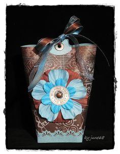 Ich brauchte mal wieder eine Verpackung ..... *grins* ..... diesmal wurde es eine Box in a bag nach dieser Anleitung !!!! Das Desing Papier ist von Yellow little Bicycle, die Blumen sind von Prima...