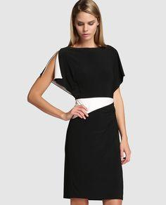 Vestido corto, de manga corta y escote redondo. En color negro con vivos en blanco.