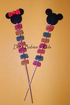 Deco Babies & Kids: Brochettes con gomitas dulces Mickey y Minnie Theme Mickey, Fiesta Mickey Mouse, Mickey Party, Mickey Mouse Clubhouse, Mickey Minnie Mouse, Minnie Mouse Birthday Cakes, Mickey Mouse Birthday, Minnie Mouse Party, Mouse Parties