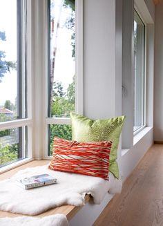 Arkitekten tegnet inn brede vinduskarmer, som er gode sitte- og leseplasser med utsikt for refleksjon. Behagelige puter og saueskinn skaper en myk kontrast til husets stramme stil.