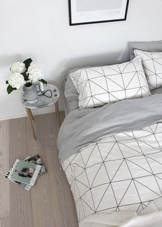 Chambre ambiance scandinave, parquet clair, linge de lit graphique | Scandinavian Bedroom, Light wooden floor, graphic bed linen