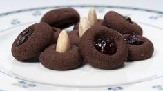 K nejoblíbenějšímu cukroví patří vanilkové rohlíčky a linecká kolečka. Průměrně české domácnosti pečou osm druhů cukroví a drží se klasiky. Proč ale nevyzkoušet lety osvědčené recepty, které z českých kuchyní postupně mizí?