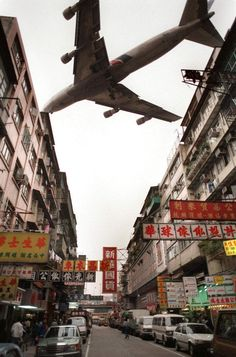 A jetliner screeches past the ageing and tatty apartment blocks of Kowloon city where aircraft landing and taking off Kai Tak international airport. Hong Kong Building, Jets, Kai Tak Airport, Kowloon Walled City, Airplane Photography, Travel Photography, Passenger Aircraft, Fear Of Flying, Commercial Aircraft