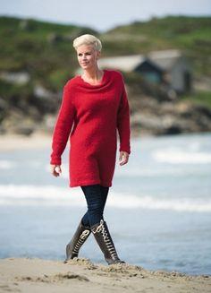 Den bløde, lange sweater med smuk, draperet halsudskæring er flot og lun over både jeans og gamacher