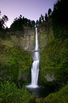 Multnomah Falls and Benson Bridge, Columbia River Gorge, Oregon Oh The Places You'll Go, Places To Travel, Places To Visit, Multnomah Falls Oregon, Oregon Waterfalls, Beautiful Waterfalls, Road Trip Usa, Go Camping, Dream Vacations