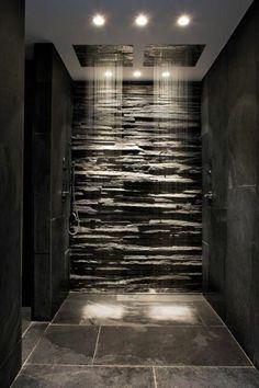 badezimmer in grau mit naturstein und dusche